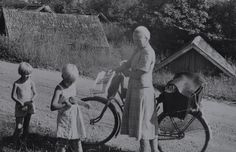 Kuva > Polkupyörä oli käytössä 1950-luvulla. Usein käytössä oli jakajan oma polkupyörä.