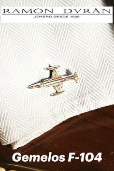 Gemelos para camisa realizados en Plata de Ley, con forma de Caza F-104 Starfighter, tienen un tamaño aproximado de 22 x 12 mm.  Regalos diferentes. Si te gustan los aviones militares o de guerra y el mundo de la aviación, aquí tienes tu regalo, detalles diferentes para cumpleaños, aniversarios, bodas...  Te damos la opción de pedirlos con baño de rodio, este baño permite que la plata no oxide con el aire y así evitar que por el no uso se pongan negros.  Esta joya se entrega con estuche Movie Posters, War, Shape, World, Military Aircraft, Hunting, Jewel Box, Sterling Silver, Presents