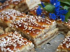 Cinnamon Buns in a long pan w/ Creamy Cinnamon Filling. The translation from Swedish to English is pretty hilarious but can be figured out. Yummy Drinks, Yummy Food, Baking Recipes, Cake Recipes, Scandinavian Food, Best Chocolate Cake, Swedish Recipes, Bagan, Cafe Food