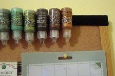 Organizing Stickles using Velcro to adhere them to anything, so you can store them with the tips down. (A csillámos folyékony festékeket elvileg fejjel lefelé kellene tárolni. Ragassz egy darabka tépőzárat a festékre, majd a másik oldalát rögzítsd  valamihez.)