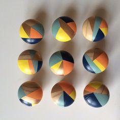 Deze leuke en kleurrijke hand beschilderde deur- / kast knoppen/handgrepen zijn veelzijdig en gemakkelijk te bevestigen aan uw meubilair. Hier afgebeeld zijn 9, maar ze worden apart verkocht en zijn van £5 per stuk (hoewel kortingen zijn van toepassing op bestellingen van meer dan 6) en ze zijn met de hand gemaakt door mij te bestellen.  U kiest uw kleurenschema of van de ingevulde items beschikbaar. Dit ontwerp is perzik, geel, mint, Marine blauw en goud, maar andere kleuren zijn…