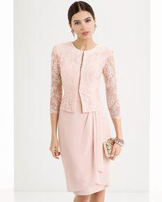 Vestido ligero con cuerpo de encaje y falda de gasa con escote barco y espalda en pico, complementado con chaqueta de encaje, disponible en plata, cobalto y rosa.