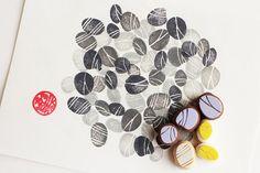 • pebble stenen handgesneden Rubberstempel instellen / set van 6 • pebble stenen postzegels zijn allemaal in verschillende vormen • natuur geïnspireerd, Tuin geïnspireerd, zen geïnspireerd stempels • elke Rubberstempel is hand getrokken en handgesneden door talktothesun • zeer geschikt voor scrapbooking, kaart maken en andere ambachtelijke projecten  GROOTTE: over 1cm(3/8in)  OVER STEMPELS: • dikke zachte rubber blok • blok kleur kan variëren • niet gemonteerd op de handgrepen of ta...