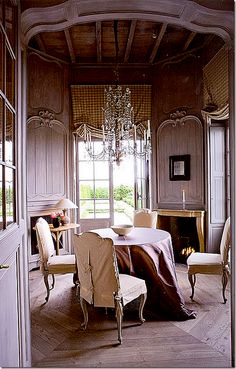.I love the #woodwork in this dining room.  Beautifully understaed, this rooms allows you to focus on the #moldings and gorgeous onlays.  Just lovely