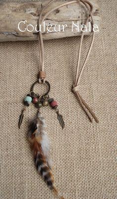 Collier ethnique en suèdine beige, plumes de coq grizzly , agates, pierre volcanique : Collier par couleur-nala