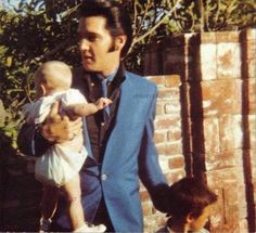 Elvis and daughter Lisa-Marie. A man like Elvis with a baby in his arms is too sexy! Lisa Marie Presley, Priscilla Presley, Elvis Presley Pictures, Elvis Presley Family, Graceland Elvis, Mississippi, Freddy Rodriguez, Beautiful Voice, Beautiful People
