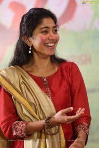 Here we present the Maari 2 Heroine Sai Pallavi Latest HD Wallpapers. Sai Pallavi is an Indian film actress who works in Malayalam, Telugu and Tamil films. Beautiful Girl Photo, Beautiful Girl Indian, Beautiful Models, Beautiful Actresses, Indian Actress Photos, Indian Film Actress, Indian Actresses, Sai Pallavi Hd Images, Long Indian Hair