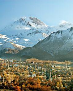 Erciyes dağı/Kayseri/// Erciyes, 3.916 metreye ulaşan zirvesi ile İç Anadolu'nun en yüksek dağıdır. Torosların kuzeydoğu uzantısı olan Aladağlar'ın en yüksek noktası olduğu kabul edilmektedir ve Alpin kuşağına dahildir.Yüksek derecede aşınmaya uğramış olan volkanın son olarak, Roma dönemi madeni paralarındaki betimlemelere dayanarak, M.Ö. 253 yılında püskürdüğü söylenebilir.