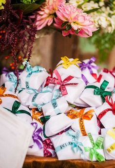 Se a intenção é fazer algo bem colorido e com certa simbologia, use a fita famosa do Senhor do Bonfim para amarrar as lembrancinhas. Wedding Favours Luxury, Wedding Wishes, Wedding Gifts, Wedding Mood Board, Wedding Table, Wedding Day, 40 Y Fabuloso, Brazil Party, Brazilian Wedding