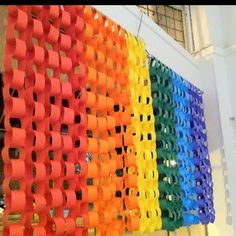 More rainbow paper chains! Classroom decoration ideas for rainbow themed classrooms Decoration Creche, Class Decoration, Decoration Table, Rainbow Room, Rainbow Theme, Rainbow Paper, Rainbow Birthday, School Displays, Classroom Displays