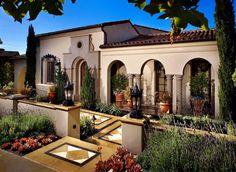 L'entrée principale de cette belle demeure de prestige située sur la côte californienne