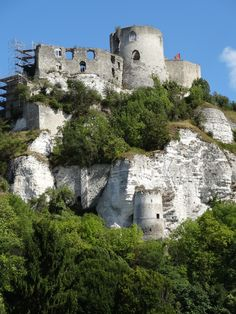 Ruins of the Chateau Gaillard from the village of Andelys below.