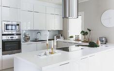 Valoa ja iloa tulvillaan Viimeistään tämän keittiön kynnyksellä saavat syysiltojen pimeys ja kaamoksen viheliäinen alakulo kyytiä. Keittiö on valoa ja iloa tulvillaan ja tunnelman kohottaja tässä ja nyt. Alkajaisiksi vaikkapa vain hyvät kahvit porisemaan, niin kyllä se siitä. House 2, Kitchen Interior, Cribs, Decoration, Kitchen Dining, Beautiful Homes, Table, Furniture, Kitchen Inspiration