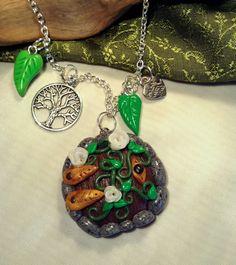 """Collier seigneur des anneaux, """"porte de Hobbit"""" (ou porte de fée). Pendentif en fimo, breloque arbre de vie et coeur. : Collier par aragande"""