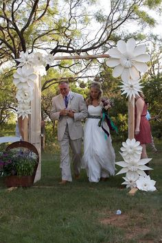 How To Use Giant Paper Flowers At Your Wedding 34 – Fiveno Homemade Wedding Decorations, Paper Decorations, Flower Decorations, Giant Paper Flowers, Diy Flowers, Wedding Flowers, Wedding Gate, Wedding Reception, Cadre Photo Booth