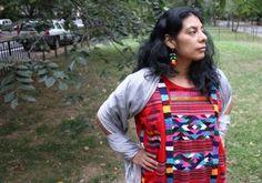 """""""Conquistados no celebran el descubrimiento de América"""". In: El Diario, 12/10/2014. De Zaira Cortés. Pie de foto: Lisseth Morales rechaza celebrar el Día de la Hispanidad y se enorgullece de su herencia precolombina."""