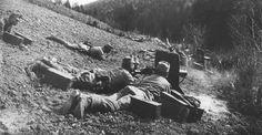 Żołnierze 100 Cieszyńskiego Pułku Piechoty podczas ataku na wzgórze Pustki w bitwie pod Gorlicami. Widoczne ciężkie karabiny maszynowe Schwarzlose wz. 07/12 z tarczami ochronnymi / Źródło: Narodowe Archiwum Cyfrowe, sygn. 1-H-34-3