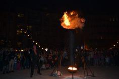 D'un simple tour de manivelle, le pyrotechnicien subjuguait la foule avec sa machine cracheuse de flammes.