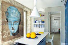 En la pared la obra del artista milanés Luca Pignatelli. Y, enfrente, un armario revestido de paneles de hierro reciclado de ferries en desuso, de Tallulah Gallery