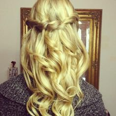 Half-Up Half-Down: 15 Hairstyles Perfect for Prom : half up half down This looks really cute. Now i jus gotta re-grow out my hair. again half up half down hairdos Prom Hairstyles For Short Hair, Down Hairstyles, Wedding Hairstyles, School Hairstyles, Unique Hairstyles, Braid Half Up Half Down, Braided Half Up, Hot Hair Styles, Curly Hair Styles