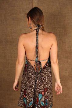 Detalhe decote costas Vestido Ona Curto. Ajustável nas alças do pescoço e costas.