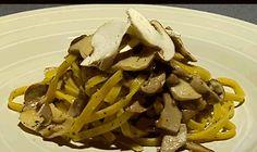 Un primo piatto semplice e gustoso, tagliatelle ai funghi preparato da Max Mariola che inizia dallo spiegarci come pulire al meglio i funghi
