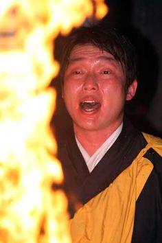 2013年 燃えさかる炎を前に護摩行を行う新井貴(撮影・藤尾明華)