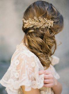 Bräute mit mittellangen Haaren haben viele Möglichkeiten, die Haare am Hochzeitstag zu tragen – hier kommt es wie bei allen Haarlängen vor allem auf den Stil an, den Ihr Euch für Euren Hochzeitslook wünscht.