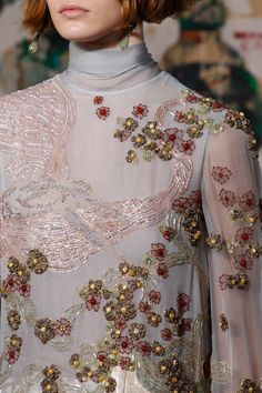 See all the Details photos from Valentino Spring/Summer 2017 Couture now on British Vogue Haute Couture Dresses, Couture Fashion, Runway Fashion, Fashion Art, Boho Fashion, Fashion Show, Couture Details, Fashion Details, Valentino 2017