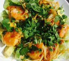 Salade with scampi in chili saus, avocado and coriander