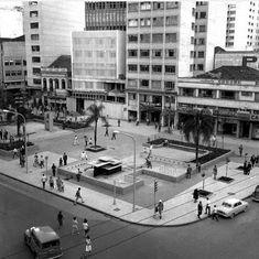 Praça Zacarias em Curitiba na sua versão antiga mais proxima de hoje Cool Countries, My Land, Latin America, Old Photos, Nostalgia, Architecture Design, Mid Century, 1, City