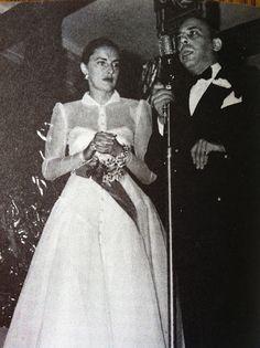 Slim Keith receiving the Neiman Marcus fashion award in 1946