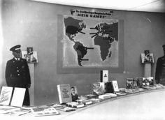 """Перечень нацистских публикаций, тщательно очищенный от антисемитских изданий, представленный на выставке во время Берлинской Олимпиады. Плакат показывает страны, где книга Гитлера """"Mein Kampf"""" (нем. – """"Моя борьба"""") была переведена. Берлин, Германия, август 1936 года."""