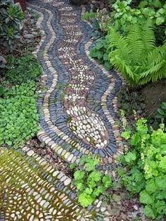 Los cantos rodados de diferentes tamaños y colores son un elemento único en decoración de suelos y caminos. Como puedes ver en las siguient...