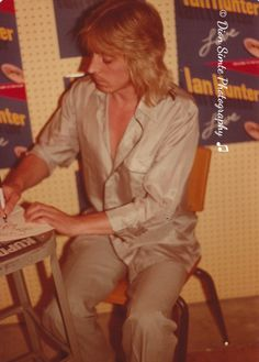 Mick at Rolling Stone Records 1980 Phoenix 70s Rock Bands, Ian Hunter, Mott The Hoople, Mick Ronson, Best Guitarist, Rock Artists, Space Girl, Platinum Hair, Store Signs