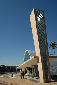 Oscar Niemeyer's Church of St Francis in Belo Horizonte I went here and went to this church and I went to a restaurant across the road. We even saw capybaras near the river next to this church. Brazil is so pretty! I recommend going there to everyone. Oscar Niemeyer, Architecture Antique, Sacred Architecture, Modern Architecture, Church Architecture, Modern Buildings, Beautiful Buildings, Brazil Cities, Visit Brazil