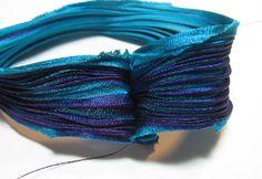 Отрежьте длиной примерно 10 дюймов шелковой ленты. С лицевой стороной, сшейте короткие концы вместе.