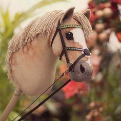 "🇫🇮 MYYTY ""EPN Cashmir King"". Kangas velboaa, silmät ja upotetut sieraimet huopaa. Koko ilman keppiä hieman yli A4-paperiarkki. Toimitetaan… Hobby Horse, Horse Tack, Stick Horses, Clay Cats, How To Make Clay, Fabric Toys, Pony, Crafts For Kids, Sewing"