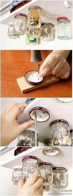 Une idée astucieuse pour ranger toutes sortes de choses dans des pots à suspendre. Avec des pots en verre recyclés, vous pourrez suspendre au plafond ou so