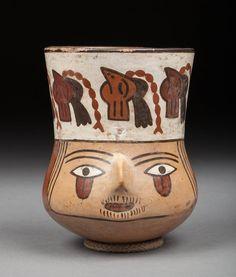 Vase cultuel, la panse est modelée de la tête trophée d'un jeune chef, la bouche cousue symboliquement. Terre cuite polychrome ayant conservé les bel éclat de ses couleurs d'origines. Nazca, Pérou, 200-600 après JC. 13,5x10cm. Provenance : Vente Arteprimitivo, New York, 8 décembre 2004, n°299 du catalogue. #culticvase #Nazca #Peru #Terracotta #PrecolumbianArt