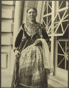 33 Beautiful Vintage Portraits Of America's Immigrant Past From Ellis Island---greek american woman Isla Ellis, Ellis Island Immigrants, Folk Costume, Greek Woman, Vintage Photographs, Thing 1, Historical Photos, Traditional Dresses, Old Photos