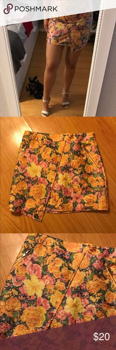 Flower print skirt Condition: like new  Size: small ! ✔️I LOVE  MAKING BUNDLES✔️ Every Item is well taken care of or if an item has a flaw it will be stated. - I package with care - take into consider the price when making an offer but I pretty negotiable & we can work something out!  Thanks for looking .. If you guys have any questions just comment (: Skirts Mini
