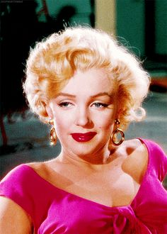 """⭐""""A Star Like No Other""""⭐ 🔹It was 57 years ago today that Marilyn Monroe was found dead in her apartment of an apparent overdose. Marilyn Monroe Movies, Rare Marilyn Monroe, Marilyn Monroe Portrait, Marilyn Monroe Photos, Hollywood Star, Golden Age Of Hollywood, Classic Hollywood, 90s Grunge Hair, Vintage Movie Stars"""