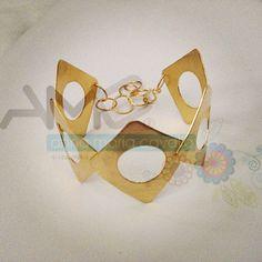 Pulsera, de latón trabajado y bañado en oro. ¡Chic y hermosa! ❤️ #AMC #AnnaMariaCavallo #accesorios #woman #orfebrería #design #style #fashion #moda #beauty #love #DiseñoNacional #love #instafollow #designersvenezuela #mmodavenezuela