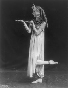 this is how you dance like an egypt-ian La danseuse russe Lubowska, dans le costume de Cléopâtre - 1915