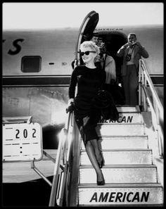 """15 Mars 1956 / (Part II) Marilyn quitte New York pour la ville de Phoenix afin de tourner les extérieurs du film """"Bus stop"""" ; Le festival annuel de rodéo devait servir de décor à plusieurs séquences importantes et Joshua LOGAN voulait pouvoir utiliser les milliers de spectateurs comme figurants. C'est là que Marilyn rencontra ses partenaires du film, Don MURRAY et Hope LANGE (qui dans la vie étaient fiancés et se marieront). Don MURRAY était le fils d'un régisseur. Marilyn logea au dernier…"""