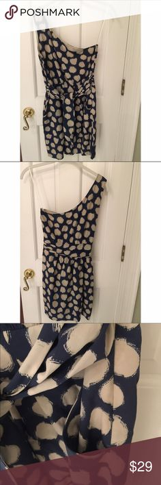 Theory one shoulder dotted dress 2 Blue and white polka dot Theory dress in size small. One shoulder (right shoulder). Side zip. Has a belt that ties in the front. Beautiful for any special occasion, especially a summer wedding! Theory Dresses One Shoulder