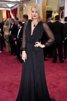 Margot Robbie erschien in einem schwarzen Saint-Laurent-Kleid auf dem roten Teppich der Oscars 2015. Mehr Oscar-Looks: http://www.red-carpet.de/fashion-beauty/oscars-2015-cumberbatch-tatum-stars-auf-rotem-teppich-bilder-201549565