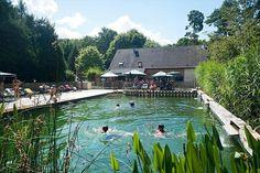 Omringd door de uitgestrekte bossen van twee natuurparken, le Parc Naturel Régional de la Haute Vallée de Chevreuse, en le Parc Naturel Régional du