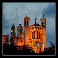 La basilique de Notre-Dame de Fourvière domine la ville de Lyon depuis le sommet de la colline de Fourvière, sur l'emplacement de l'ancien Forum de Trajan (Forum vetus, d'où le nom de Fourvière). Son architecture de style néogothique est l'œuvre de Pierre Bossan.